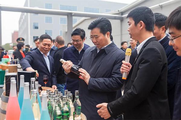 Secretarul Comitetului Municipal CPC și alți lideri au vizitat Goalong Liquor Group